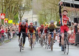 Leon Schachtner vom König-Pilsner-Team setzt sich gegen Marcel Arnold aus Erfurt durch, Alexander Nordhoff sprintet auf einen starken dritten Rang. - Foto: Stefan Schwenke
